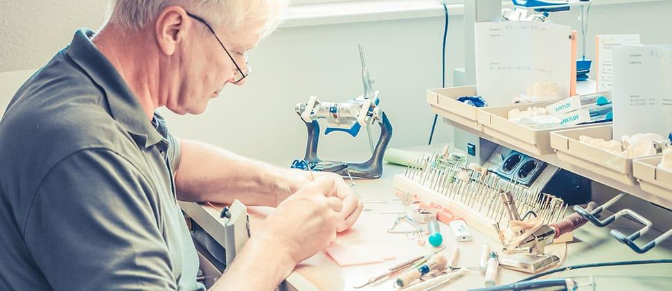 Zahntechniker arbeitet im Labor