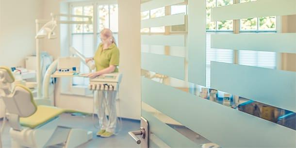 Praxismitarbeiterin im Behandlungsraum